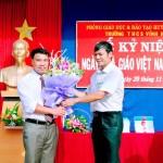 Đ/c Phạm Ngọc Quang Trưởng phòng GD huyện Vụ Bản về tằng hoa chúc mừng nhà trường